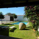 jardín piscina y patio
