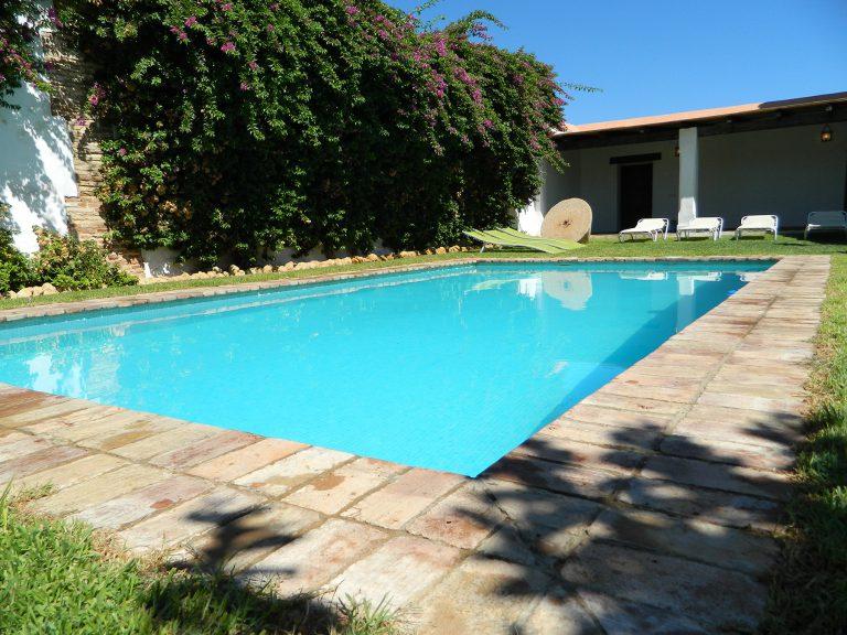 piscina y tumbonas